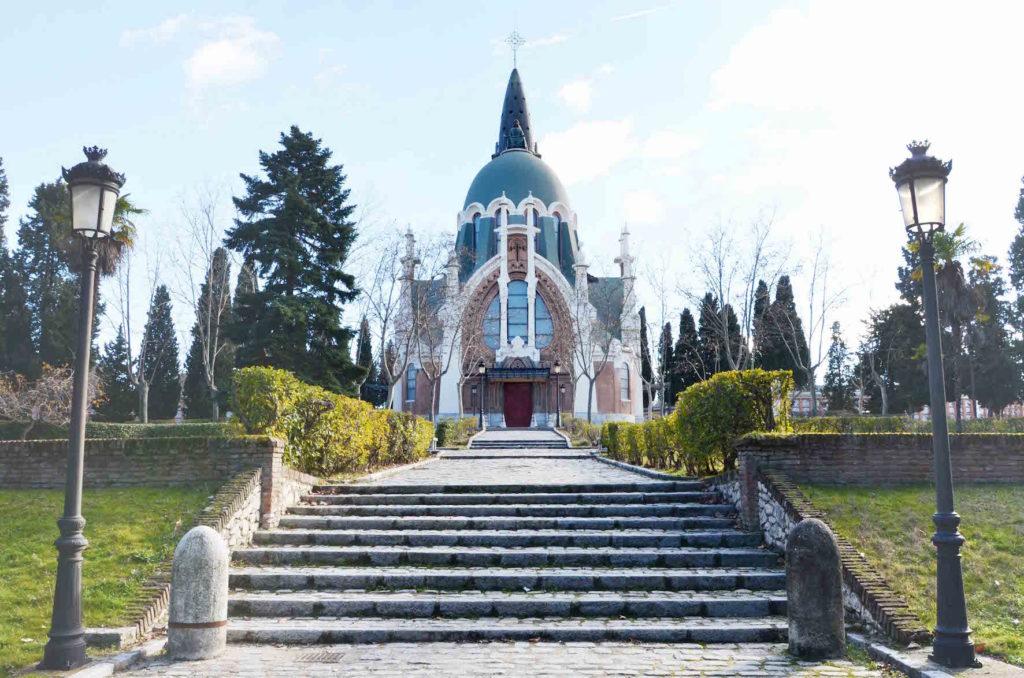 The main chapel in La Almudena