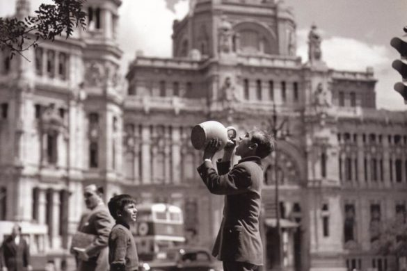 A man drinking from a botijo by Cibeles (photo credit: Urbancity.cc)