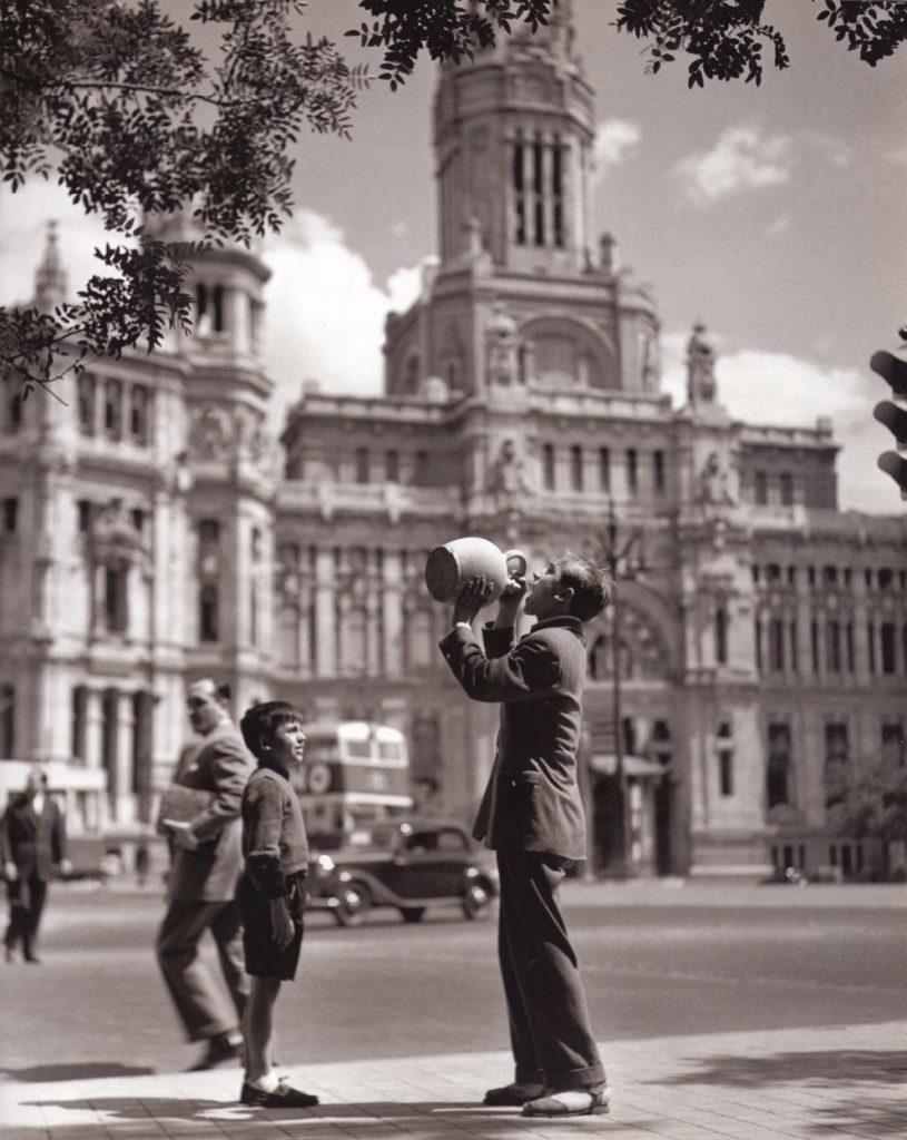 A man drinking from a botijo by Cibeles (photo credit: Urbancity.cc)