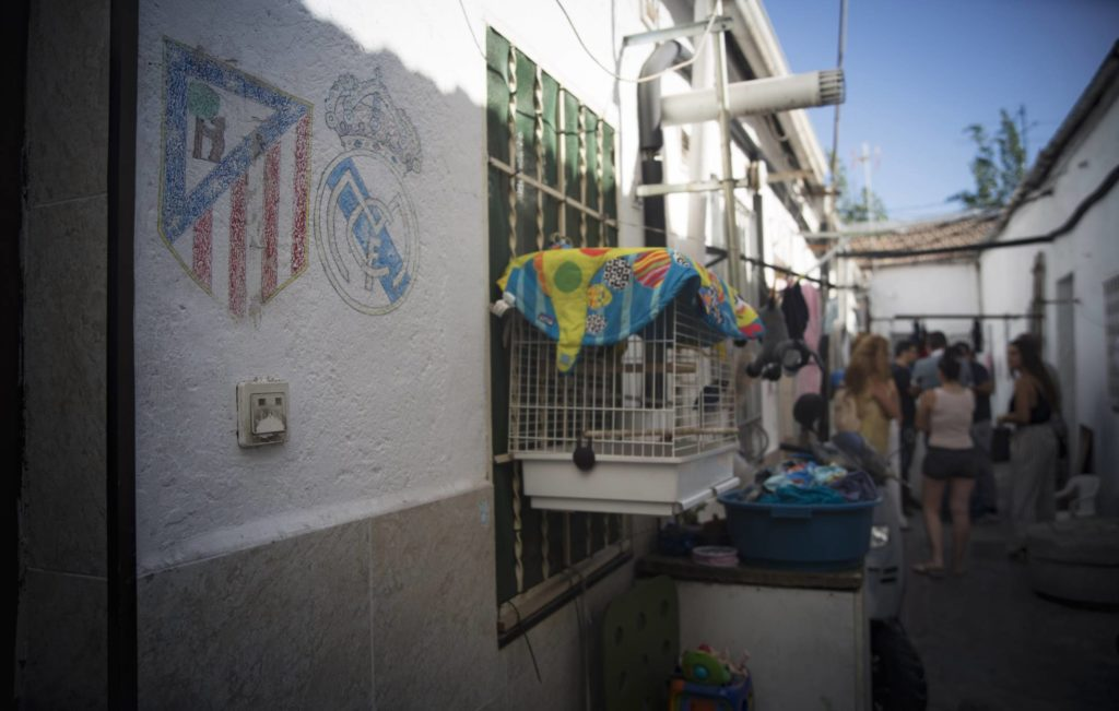 Residents meet in the courtyard of their homes (photo by Inma Flores)