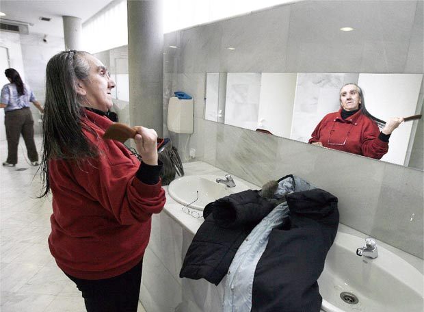 A woman brushing her hair | © Samuel Sánchez
