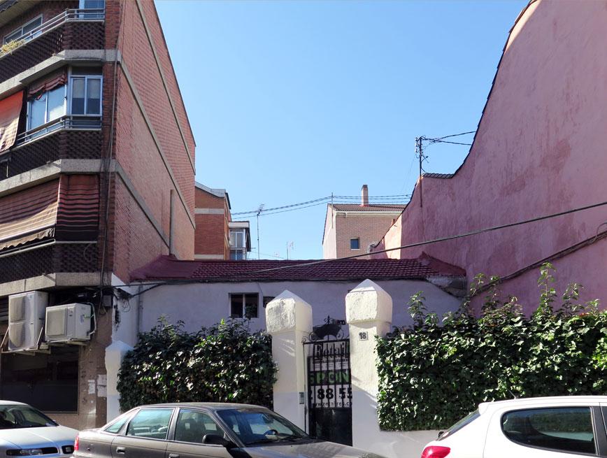An old casa baja at Calle de Almendrales, 18