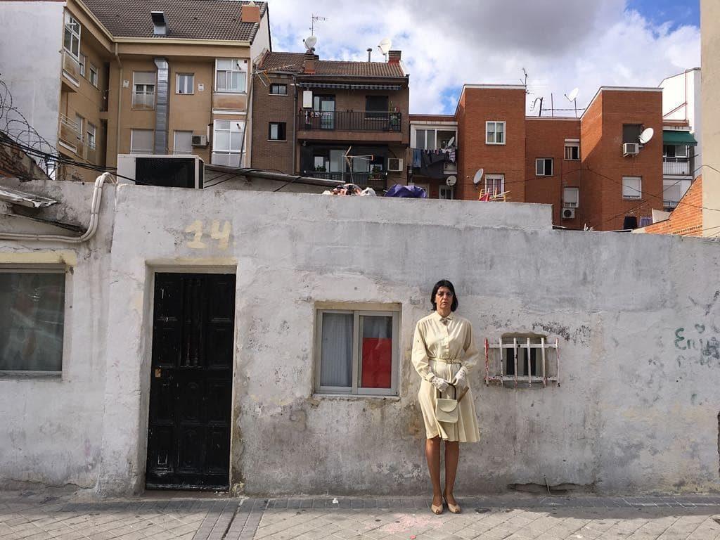 Miss Beige outside a casa baja