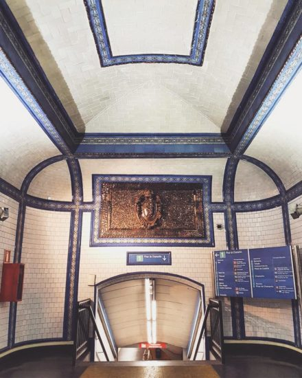 The entrance to Tirso de Molina metro platforms