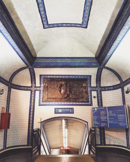 The entrance to Tirso de Molina metro platforms