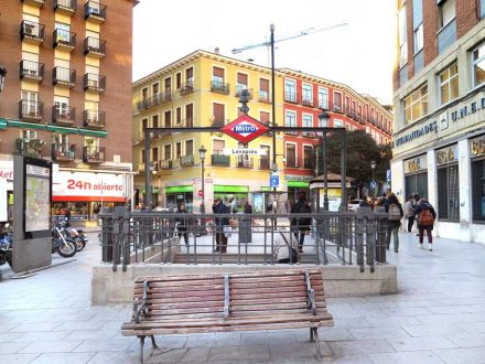 A bench with armrests in Lavapiés